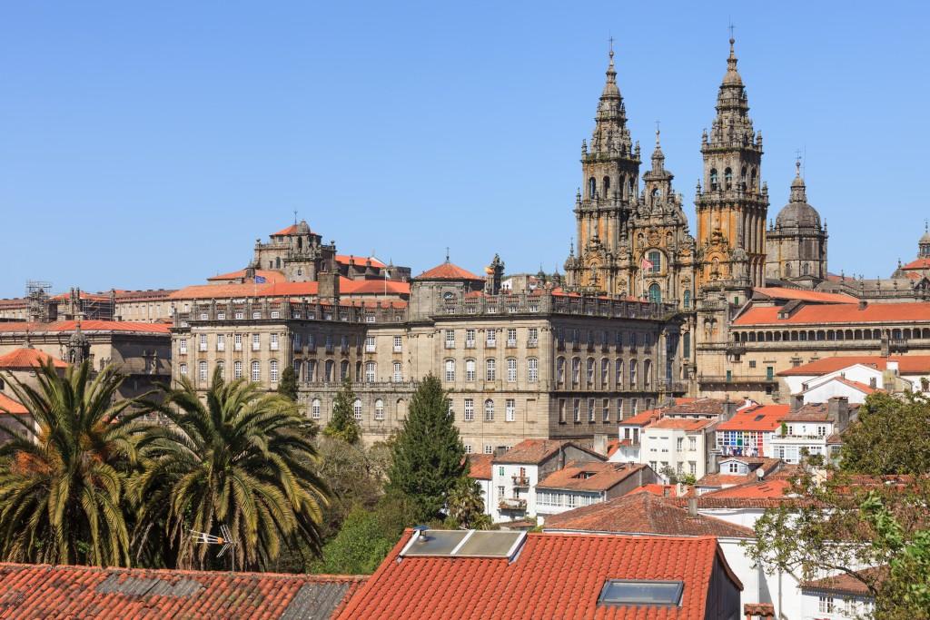 Fachada_do_Obradoiro_e_parte_traseira_do_Pazo_de_Raxoi_Santiago_de_Compostela-1